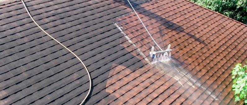 Uitzonderlijk Zelf dakpannen kuisen: hoe doe je dit stap voor stap? |Renovatie-gids EY92