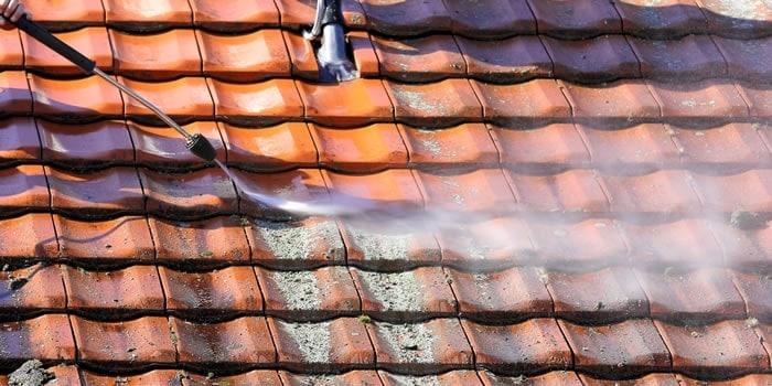 Je dak ontmossen laat je best over aan een expert