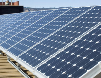zonnepanelen op een plat dak