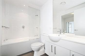 Kleine badkamer: gebruik grote spiegels