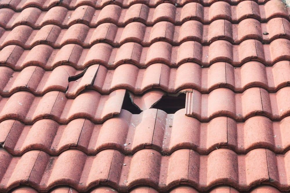 kapotte betonnen dakpannen door slijtage