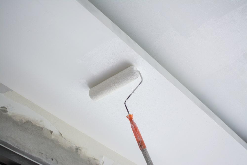 Plafond schilderen met verfrol op stok