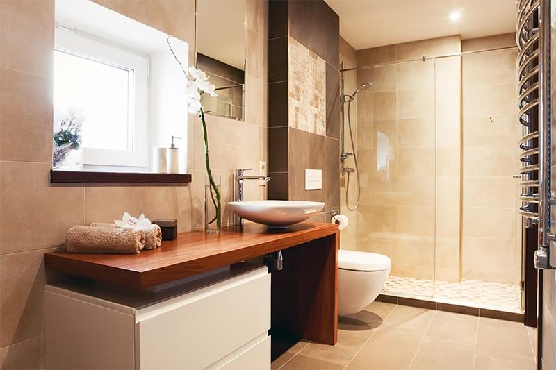 landelijke badkamer met warme kleuren en natuurelementen zoals hout