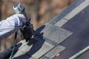 Prijs dakshingles op je dak door een dakwerker