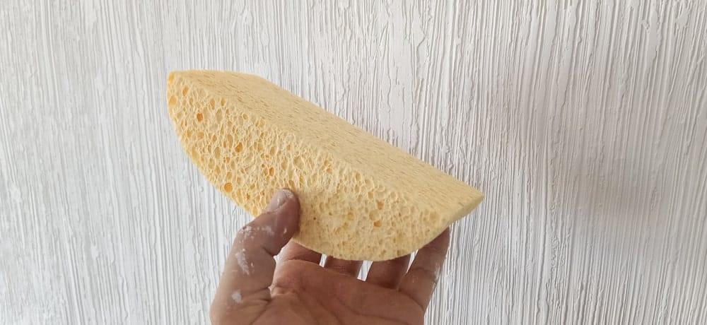 geverfde muur afwassen met spons